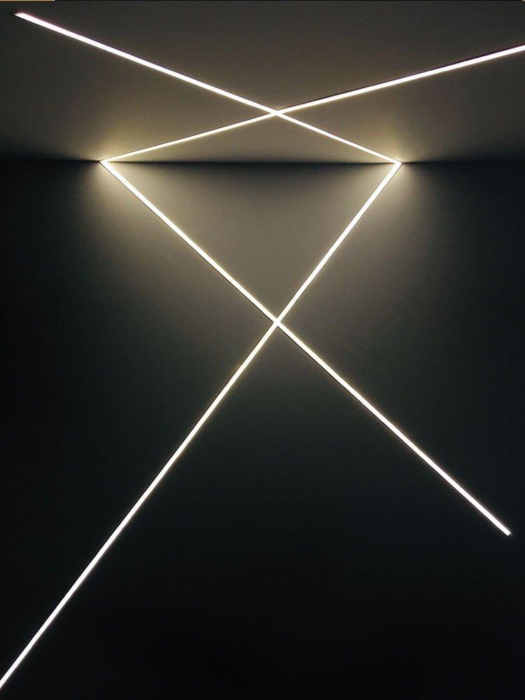 LED-Streifen im Raum vom Boden bis zur Decke
